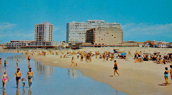 Sobre La Brava, en la península los primeros edificios en altura, como el Casino Nogaró, comienzan a cambiar la fisionomía de Punta del Este