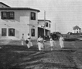 En calle 24 de la península aún hoy el Hotel British House se mantiene intacto