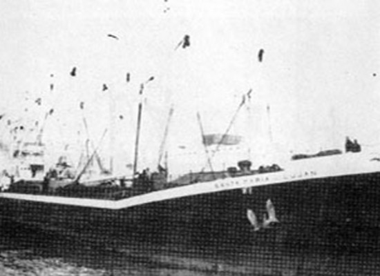 Barco quieto. Varadura del Santa María de Luján en la playa El Emir