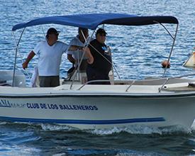 """Embarcación """"Titania"""" con Eduardo Decker, representantes de Club de los Balleneros"""
