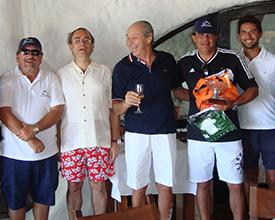 Derecha: Edgardo Gargano, gerente, Miguel Loinaz, presidente, Guillermo Timossi, presidente Honorario, Jose Luis Sordo, jugador del campeonato y Pablo Reta, profesor de tenis.