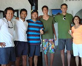Izquierda: Sergio Armesto, Pablo Reta y Julián Pezzarini, Profesores de tenis, junto a Federico y Alejandro Fuchs, jugadores y María Eugenia Timossi, en la entrega de premios del campeonato.