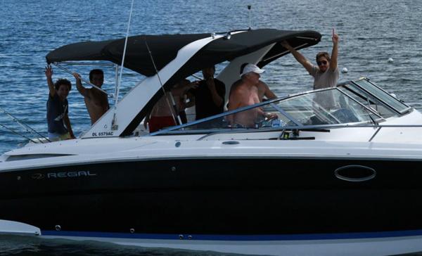 """Embarcación """"Guacamaya"""" con Ignacio Arocena y tripulación"""