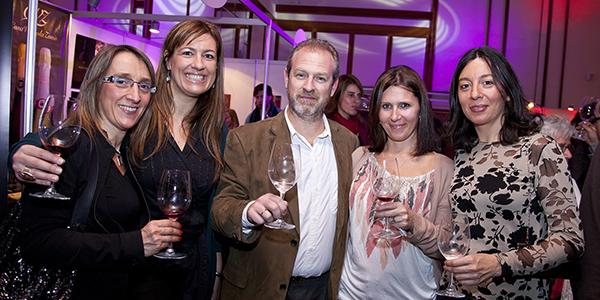 Invitados disfrutando de buenos vinos y excelente gastronomía