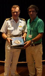 Capitán del crucero junto a Martín Laventure, Alcalde de Punta del Este