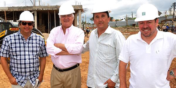 Fabio Caminiti de Edifiko Argentina, Carlos Ott, arquitecto que ideó el proyecto, el PR Horacio Maglione y Luis Taboada, director de obra