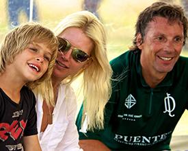 Valeria Mazza e hijo, acompañando a su esposo Alejandro Gravier, parte de El Puente Polo Team