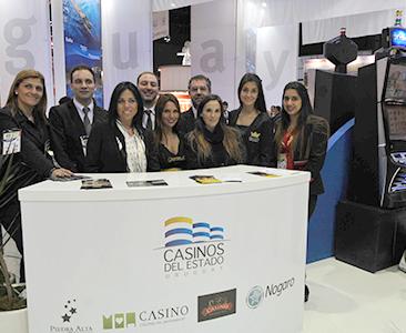 Equipo de Casinos del Estado en su stand presentando la oferta de todo el país