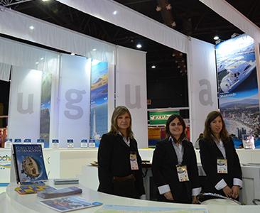 Equipo del Ministerio de Turismo recibiendo a los visitantes con toda la información de Uruguay turístico