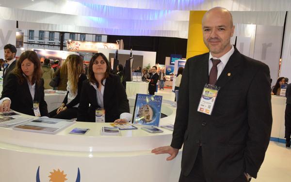 Antonio Carámbula, viceministro de Turismo y Deporte de la República Oriental del Uruguay en el stand supervisando y saludando a los representantes de los departamentos presentes