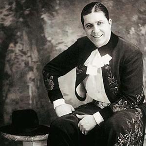 Carlos Gardel, vestido de gaucho y fotografiado por José Silva en su estudio de Montevideo, en 1923. El Zorzal cantó a capella en una esquina de San Carlos frente a sus devotos seguidores