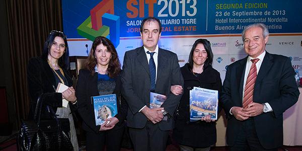 La prensa de Punta del Este junto al Intendente Oscar de los Santos y Horacio Díaz