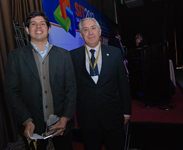 Pablo Andreani ganador del premio, junto a Carlos Ipuche, director Colegio De Martilleros