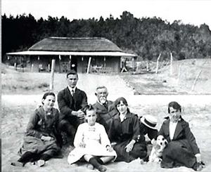 Familia Burnet reunidos en Pinares. Comenzaba la forestación de los médanos de Punta del Este. El trabajo de los pioneros hoy lo vemos en cada árbol del Este
