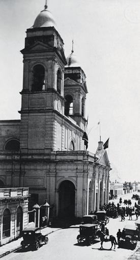 La Catedral de Maldonado, tal como lucía en las primeras décadas del siglo XX. Los autos de la época circulaban entre carretas