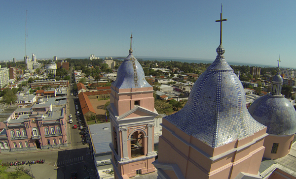 Vista aérea sobre la Catedral, donde también puede distinguirse el Cuartel de Dragones detrás