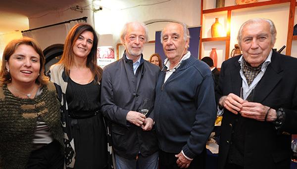 Carlos Páez Vilaró junto a Enrique Llamas de Madariaga y su señora, Denise Pessana, López Mena y su señora, Laura