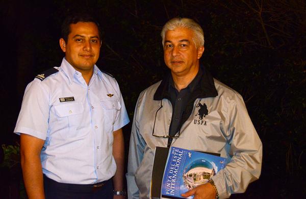 Teniente Enrique González y Coronel Ariel Sánchez Ríos, de la Comisión Receptora e Investigación de OVNI de la Fuerza Aérea Del Uruguay, en su visita a Punta del Este para analizar el material fotográfico publicado y entrevistar a los testigos