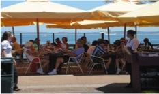 Cruceristas disfrutando de las diversas opciones que les brinda la ciudad de Punta del Este