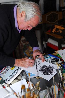 Vilaró, en cuestión de minutos dibuja su característico sol que ya es un ícono en todo su arte
