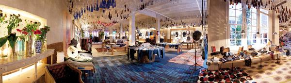 Imagen panorámica del interior de la tienda Show-room en Barcelona
