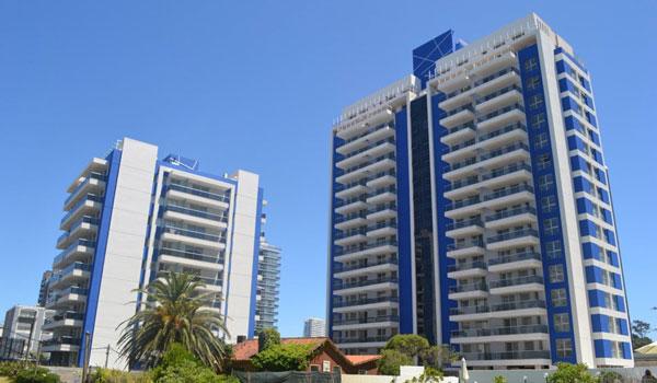 Arenas del Mar, dos torres ubicadas a pocos metros del mar, en la parada 2 de La Brava
