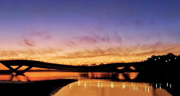 Puente de la Barra sobre el Arroyo Maldonado, en uno de sus clásicos atardeceres naranjas