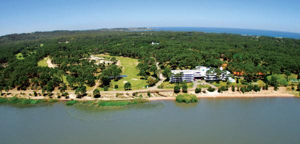 A orillas de la Laguna del Sauce se encuentran residencias privadas y el Hotel del Lago con la cancha de golf mas exclusiva de Sudamérica.
