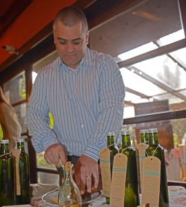 Santiago Cruz director de Aceite de Oliva Cruz del Sur preparando el pan para la degustación