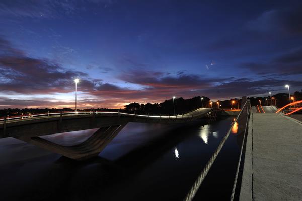 El emblemático puente de La Barra, un tradicional pasaje de la noche esteña...
