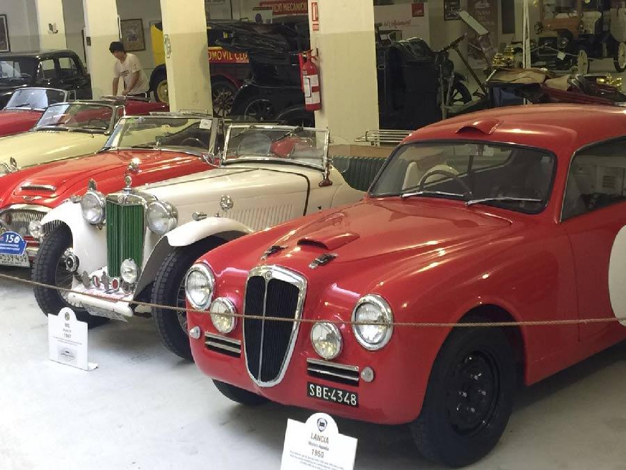 Distintos modelos de automóviles permanecen intactos y a la espera de sus visitantes