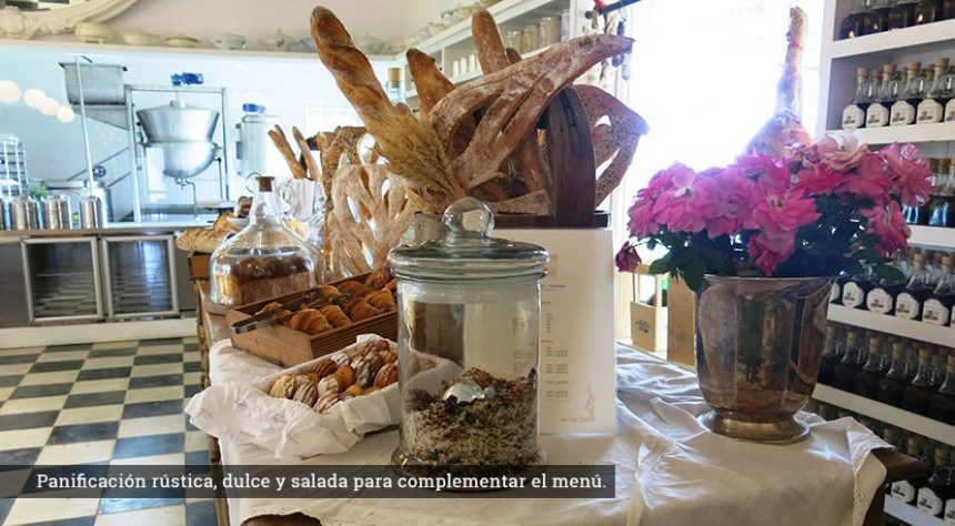 Una exquisita variedad de panes, además de diversos quesos, patés y otros manjares