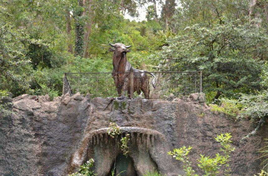 El Cerro del Toro, ubicado en la falda del cerro, a 100 metros de altura. El toro de hierro es una escultura de origen francés.