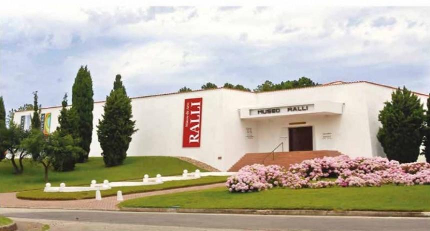 Un museo con exposiciones permanentes y temporales