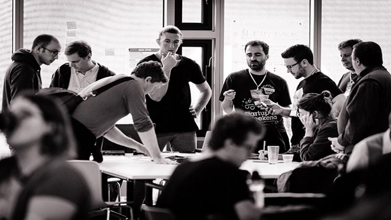 Intercambio de experiencias e ideas,  de la mano de profesionales de diversas áreas. 54 horas dedicadas a emprendedores.