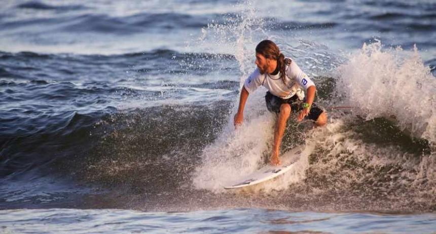 En invierno las playas de Punta del Este se pueblan de entusiastas surfistas locales...