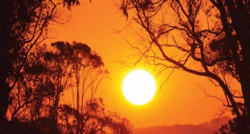Típica postal del balnerio: entre árboles, el sol desciende pintando el entorno con colores