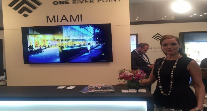 Stand de One River Point y la Directora de Ventas del proyecto,  Adriana Vargas.