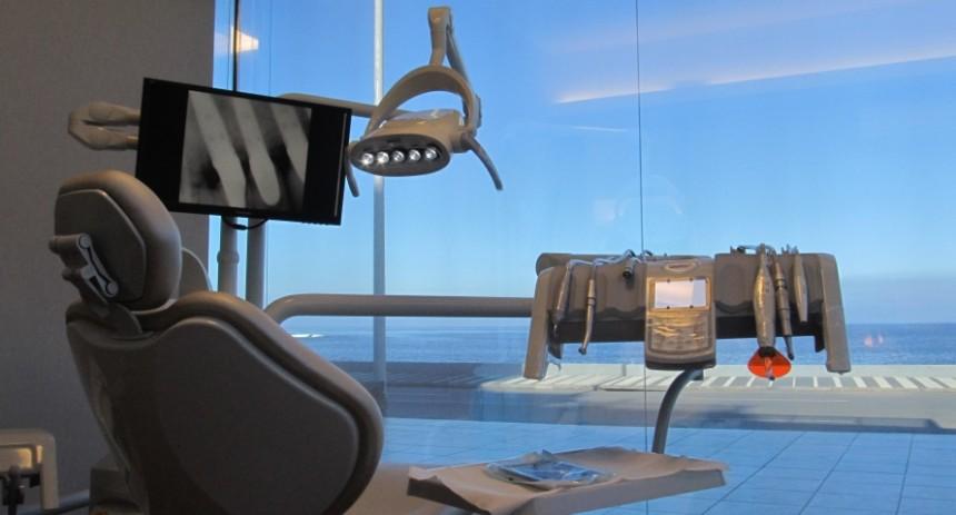 Clínica Odontológica Aimone, en la península de Punta del Este, frente al mar...