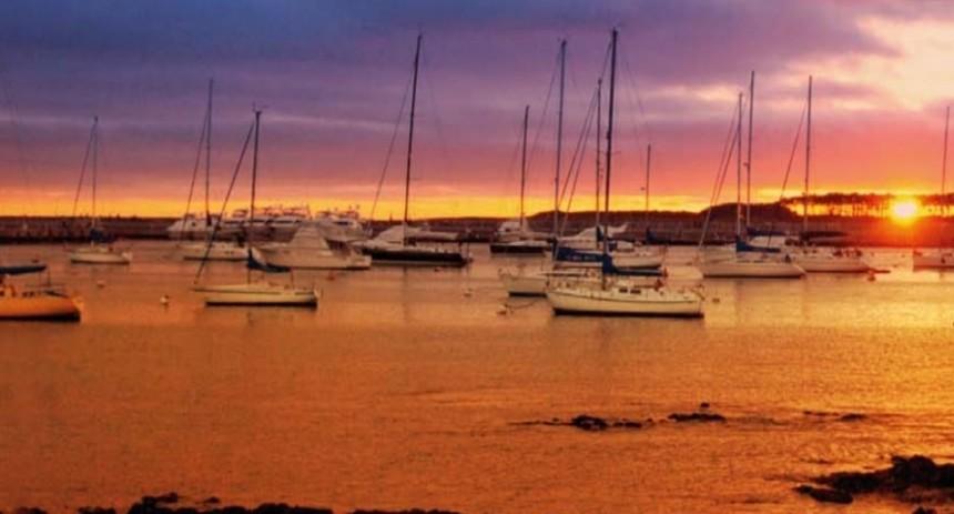 Típica postal del balneario: los encantadores atardeceres en Punta del Este.