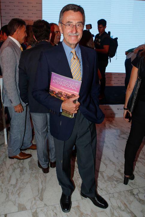 Pancho Ibañez, con el Anuario Coleccionable Punta del Este Internacional 2016.