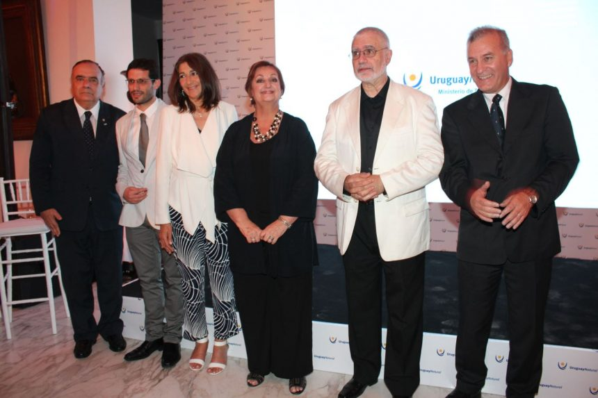 Héctor Lescano, embajador de Uruguay en Argentina, junto a la Ministra de Turismo, Liliam Kechichián y el Subsecretario del Ministerio de Turismo, Benjamin Liberoff, entre otros de los asistentes que concurrieron al lanzamiento de la temporada 2016-2017...