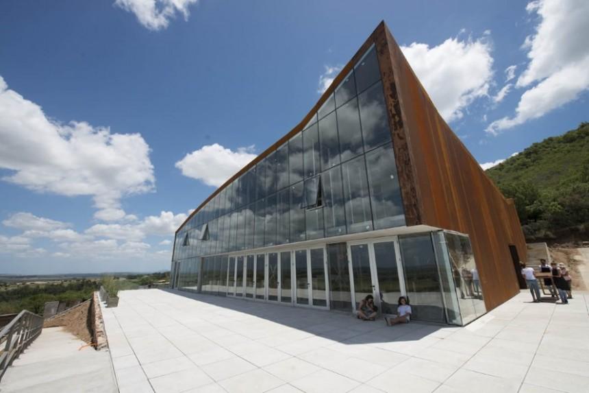 A lo largo del proceso de elaboración de los vinos, Viña Edén emplea energía eólica y solar en su totalidad.