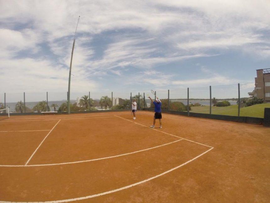 12 parejas participaron en las canchas del club del Torneo de Tenis Dobles Caballeros.