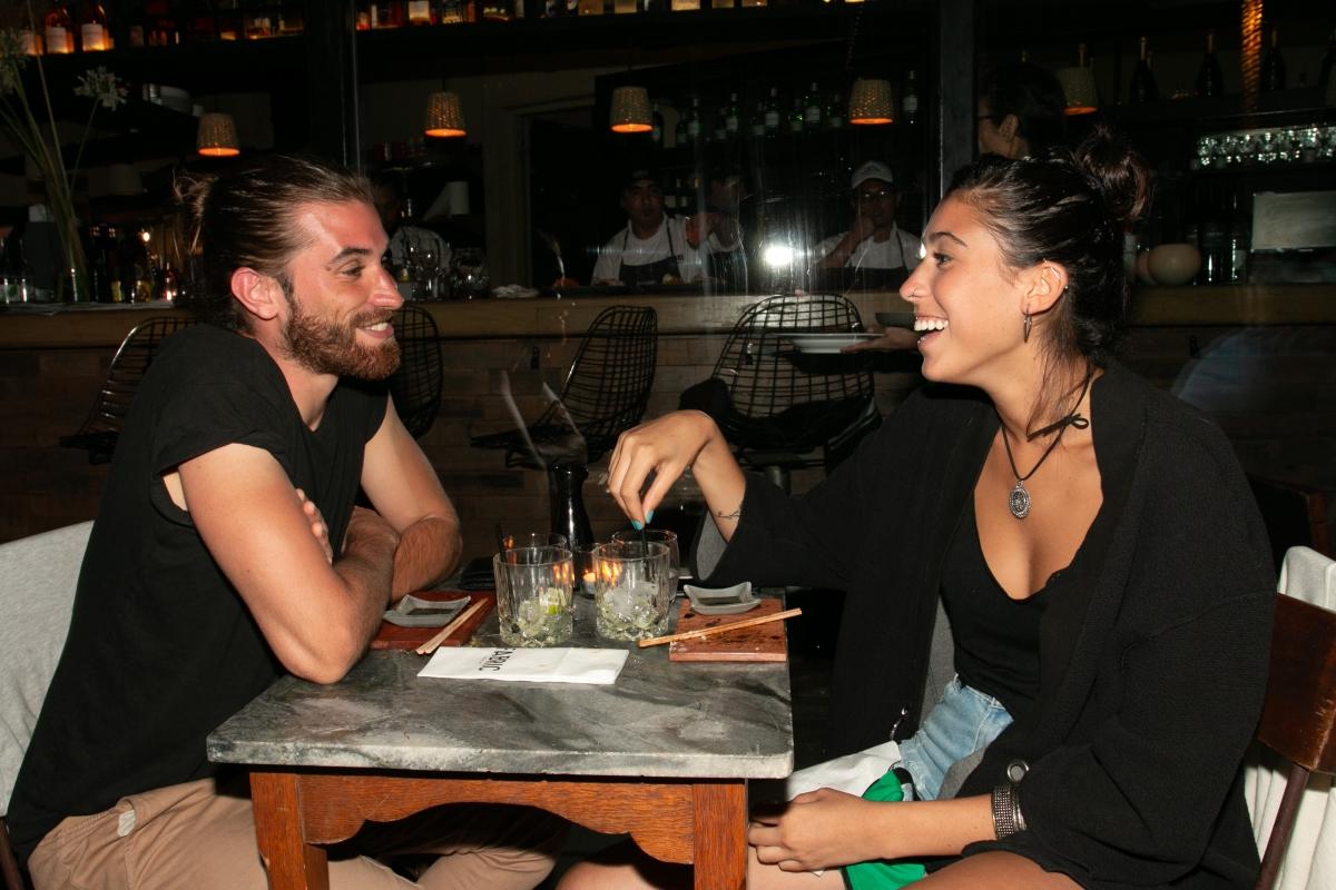 Renata Repetto y su novio en la apertura de Fabric José Ignacio
