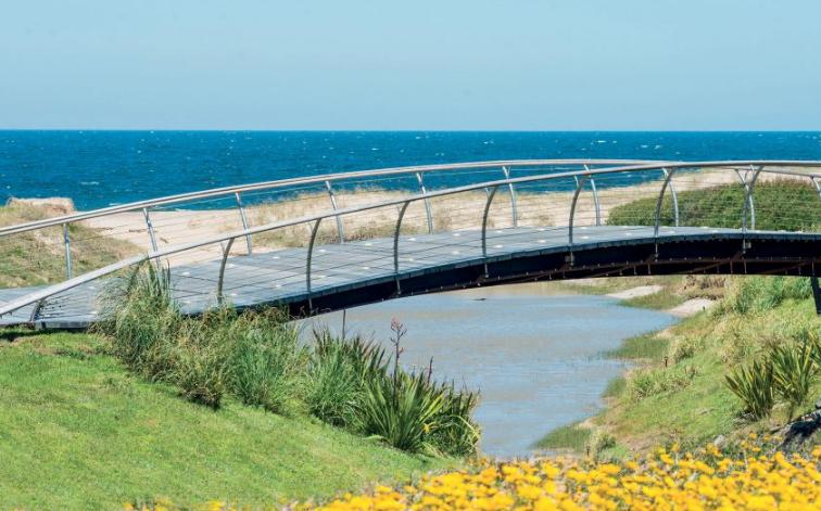 El puente de acero y madera, a pasos de La Bonita, un loteo desarrollado por el empresario Rodolfo Costant frente al Océano Atlántico.